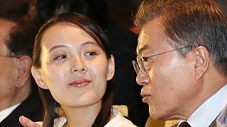 Az észak-koreai vezető, Kim Dzsongun befolyásos testvére, Kim Dzsojong a dél-koreai elnökkel, Mun Dzseinnel 2018-ban