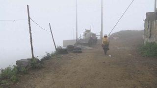 Mujer peruana camina por un sendero rodeado de niebla, 20/9/2021, Lima, Perú
