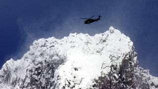 صورة من الأرشيف لطائرة تبحث عن متسلقين مفقودين
