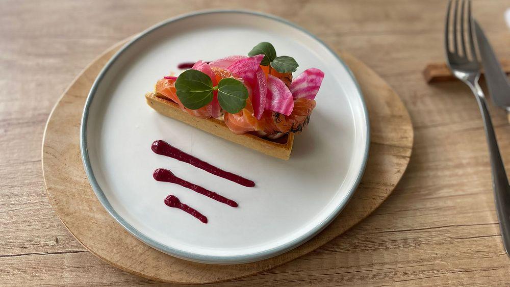 Receta del chef Thomas Lemaire para tarta de salmón ahumado con hierbas y salsa de remolacha |  La cocina