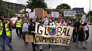 ناشطون يرفعون لافتات خلال مسيرة احتجاجية كجزء من مبادرات حركة أيام الجمعة من أجل المناخ للمناخ ، في نيودلهي، الهند، الجمعة 24 سبتمبر 2021.