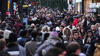 Avrupa'da kalabalık bir cadde