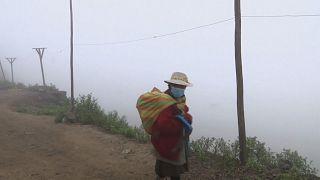 """Os """"apanhadores de nevoeiro"""" do Peru"""