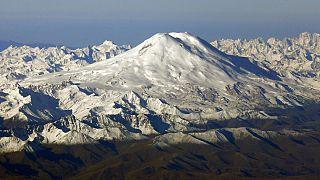 L'Elbrouz, qui culmine à 5 642 mètres, est le plus haut sommet du Caucase et d'Europe. Les accidents mortels y sont réguliers, mais rarement avec un bilan aussi lourd.