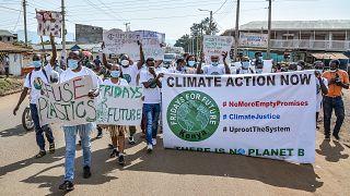 """Genç çevre aktivistleri, 24 Eylül 2021'de Kenya'nın batısındaki Kisumu'da """"iklim adaleti"""" talep etmek için Fridays For Future yürüyüşüne katılıyor."""