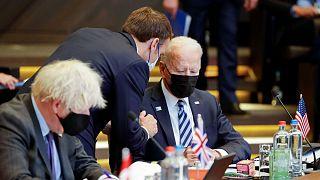 امانوئل ماکرون، رئیس جمهور فرانسه در کنار جو بایدن و بوریس جانسون در جلسه ناتو در ژوئن ۲۰۲۱