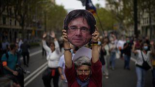 Una mujer durante una protesta en apoyo a Puigdemont frente al consulado italiano en Barcelona, España, el viernes 24 de septiembre de 2021