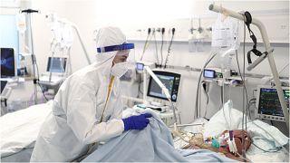 """ممرضة تقدّم العلاج لمريض مصاب بـ""""كوفيد-19"""" في وحدة العناية المركزة بمستشفى عبد الله نكاس بمدينة سراييفو بالبوسنة الجمعة 24 أيلول/سبتمبر 2021"""