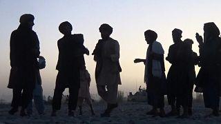 شباب من حركة طالبان يرقصون على أنغام تقليدية أفغانية
