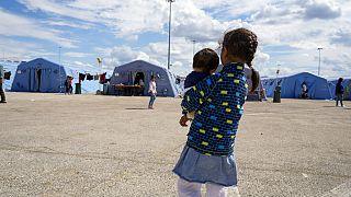 Afgán menekült öleli testvérét az olasz Vöröskereszt ideiglenes karanténtáborában Avezzano-ban, 2021. augusztus 24-én