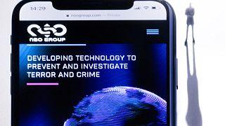 """هاتف ذكي مع موقع الويب الخاص بمجموعة """"ان.اس.او"""" الإسرائيلية التي طورت برنامج تجسس """"بيغاسوس""""، معروض في باريس، 21 يوليو 2021."""