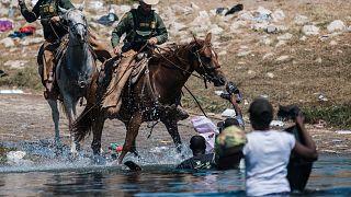 حاول ضباط حماية الحدود الأمريكية صدّ المهاجرين أثناء عبورهم نهر ريو غراندي بالمكسيك، إلى ديل ريو في تكساس، الأحد 19 سبتمبر 2021