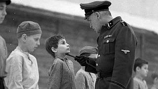Német tisztek ellenőrzik a gyerekeket a koncentrációs táborban a Twarz aniola című filmben (illusztráció)