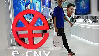 Logo de la e-CNY, versión digital del Yuan, en una feria en Pekín, China, 5/9/2021