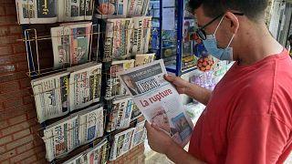 رجل جزائري يحمل صحيفة اليوم في العاصمة الجزائر، 25 أغسطس 2021
