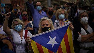 Активисты протестуют против задержания Карлеса Пучдемона у консульства Италии в Барселоне 24 сентября 2021