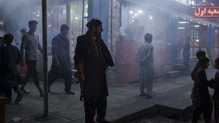 مقاتل مسلح من طالبان في شارع مزدحم في كابول، أفغانستان.