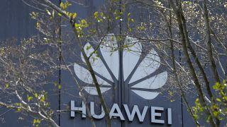 شعار شركة هواوي في مقر الشركة الرئيسي في مدينة شنتشن، الصين.