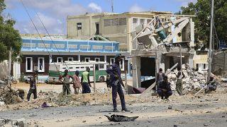 جندي صومالي في موقع انفجار بمقديشو بالصومال.