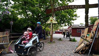 Danimarka'nın başkenti Kopenhag'da bulunan Christiania'da yaklaşık 1000 kişi yaşıyor ve özerk bir konuma sahip.