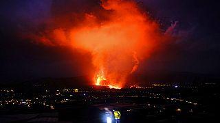 Imagen nocturna de la colada de lava del volcán Cumbre Vieja