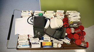 الأدوية للمرضى  المصابين بكوفيد19  في وحدة العناية المكثفة في مستشفى في سراييفو، البوسنة.
