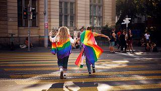 أشخاص يشاركون في موكب فخر المثلية في زيورخ-سويسرا في الـ 4 سبتمبر-أيلول