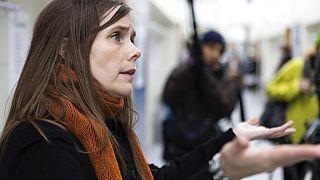 La primera ministra de Islandia, Katrín Jakobsdóttir, acude a votar