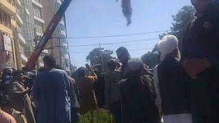 تصویری از آویزان کردن جسد یکی از این افراد در هرات
