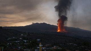 الحمم البركانية في ثوران بركاني في جزيرة لا بالما في جزر الكناري، إسبانيا.