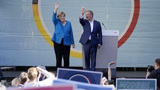 المستشارة أنجيلا ميركل وأرمين لاشيت، يلوحان لأنصاره في آخر يوم في الحملة الانتخابية للحزب الديمقراطي المسيحي في آخن، ألمانيا.