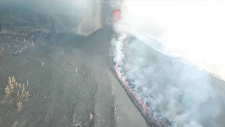 Smoke, ash and lava spurt out of Spanish volcano
