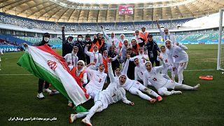 شادی کادر فنی و بازیکنان تیم ملی فوتبال زنان ایران پس از پیروزی بر اردن