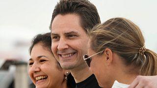 Michael Kovrig hazaérkezése után Torontóban, feleségével, Vina Nadjibullával (b), és húgával, Ariana Bothával