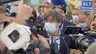 بوتشدمون بعد خروجه من محكمة ساساري في إيطاليا
