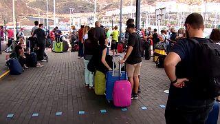 Colas de gente que espera para subirse a un ferry en La Palma, España