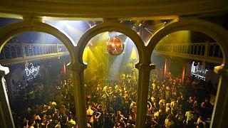 Нидерландцы танцуют в ночном клубе Paradiso в Амстердаме после отмены правила социального дистанцирования 25.09.2021