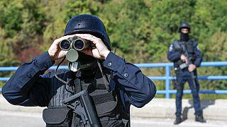 Le gouvernement kosovar a déployé lundi les forces spéciales de la police près de deux postes-frontières avec la Serbie, dans le nord, pour faire appliquer sa décision.