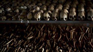 A meggyilkoltak koponyáiból és csontjaiból rendezett emlékkiállítás Ntarama városában