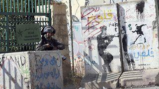 Izraeli határrendész palesztinokkal való összecsapások közben Betlehemben