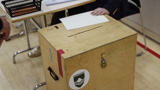 صندوق اقتراع في مركز اقتراع في جارداباي، آيسلندا.