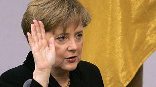المستشارة الألمانية الجديدة أنجيلا ميركل تؤدي اليمين الدستورية في البوندستاغ في برلين 2005.