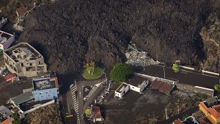 Légifelvétel a Cumbre Vieja tűzhányó lávafolyamáról a Spanyolországhoz tartozó Kanári-szigetek La Palma nevű szigetén 2021. szeptember 23-án - képünk illusztráció