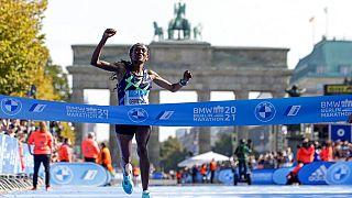 L'Ethiopienne Gotytom Gebreslase passe la ligne d'arrivée du marathon de Berlin, le 26 septembre 2021