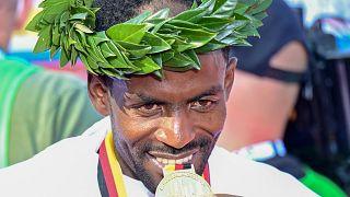 Der Sieger des Berlin-Marathons 2021, Guye Adola, im Ziel.