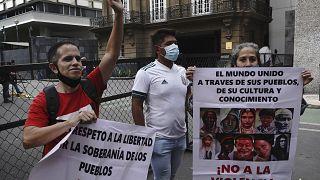 Unterstützer der Maduro-Regierung demonstrieren vor dem Ort der Gespräche in Mexico City