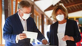 Almanya genel seçimlerinde başbakan adayı Armin Laschet oy kullanırken