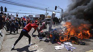Habitantes de Iquique queman bienes de indocumentados venezolanos y colombianos en el marco de una marcha