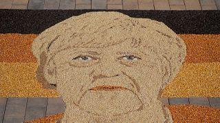 شاهد | فنان يصنع فسيفساء ضخمة من الحبوب لأنغيلا ميركل في يوم التصويت على خليفتها