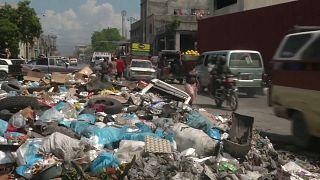 Basura amontonada en una calle de Puerto Príncipe, Haití